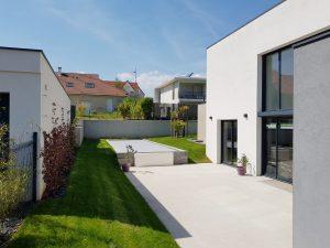 Terrasse et piscine de la maison individuelle